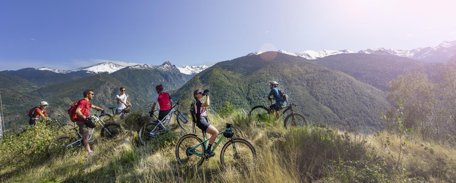 Groupe de cyclotouristes en pause en montagne